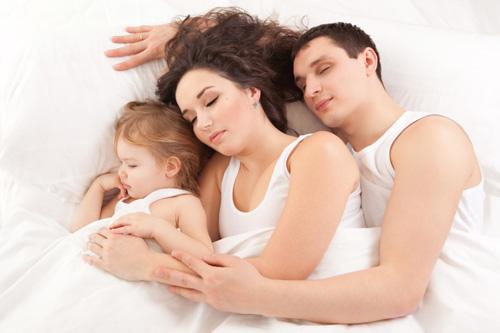 мать спящую дочку